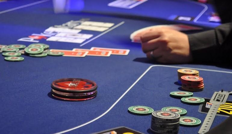Покерна концепція «Далеко попереду / Далеко позаду»